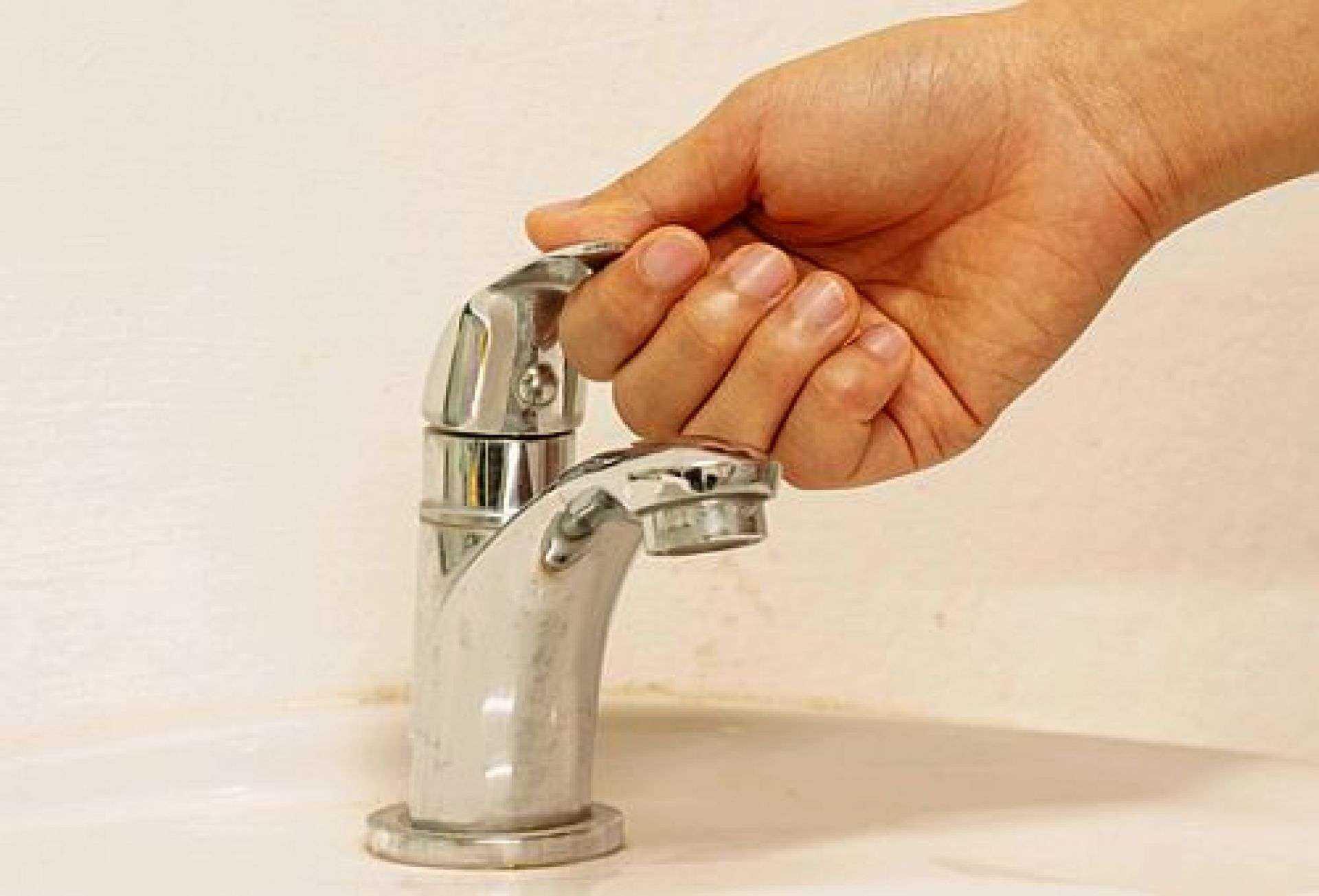Перничани недоволни от водната криза! Щурмуват сградата на ВиК, полицията ги спря