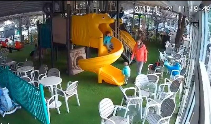 Камера засне жена брутално да бие и влачи дете! Оказа се възпитателката му