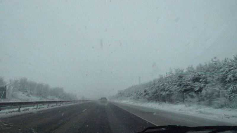 Карайте внимателно! Сняг и мъгла на