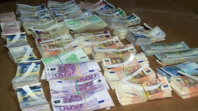 Митничари спипаха недекларирани $30 хил. и €2500 на ГКПП