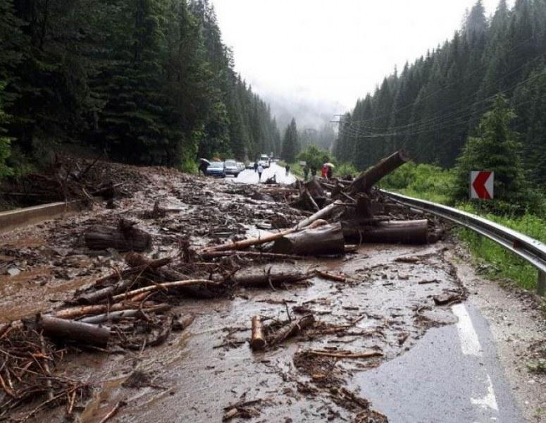Заради дъжда: Образувало се е свлачище на пътя Пловдив-Пещера