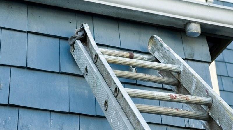 Мъж падна от стълба и загина пред дома си в Каварна