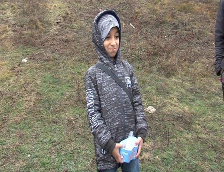 9-годишно сирийче бежанец дарява и малкото си спестени пари на бедни