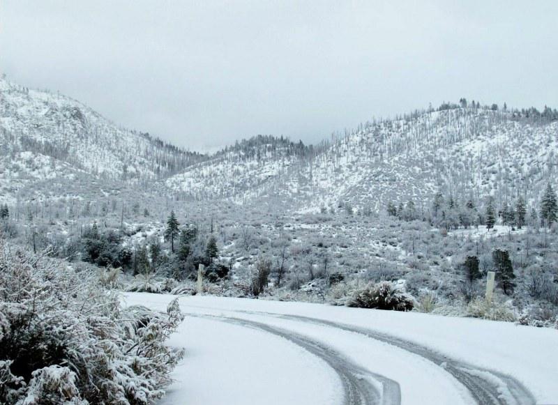 В Смолянско – 30 сантиметра сняг, села без ток, пътищата непроходими