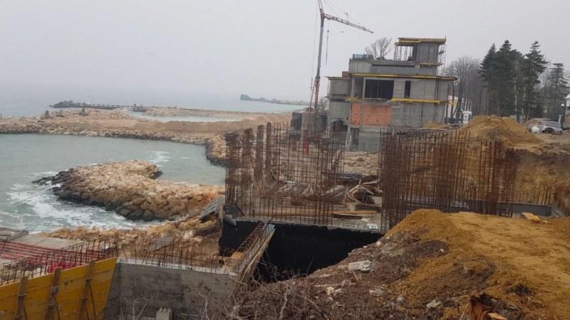 На юг по морето – пълно с незаконни строежи, на север – премахнати!