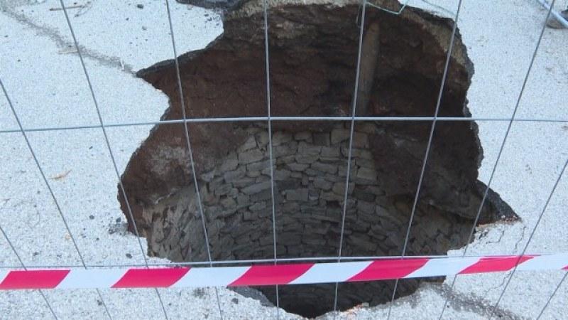 Път във Враца пропадна и чудо: Кладенец, 10 метра, облицован с камъни!