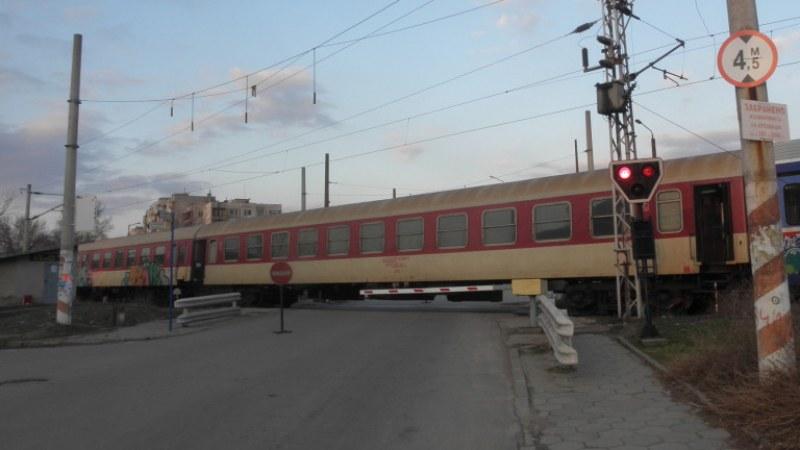 Влак блъсна камион на жп прелез до Русе, шофьорът е с комоцио
