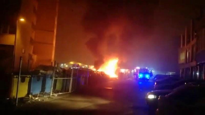 Огнен ад на паркинг в София! Горят много автомобили! ВИДЕО