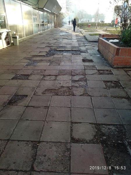 Улица в Европа или пък улица на Луната? Дупки, локви, кал...