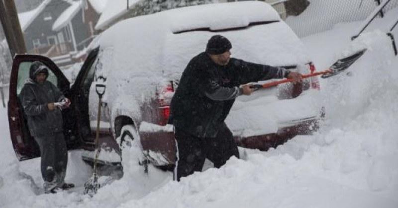 Чистим си колата от снега, а през това време... задигат ни возилото