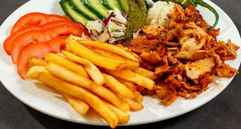 Лекарка накърни достойнството на пилешките кебапи в Турция, пращат я на съд