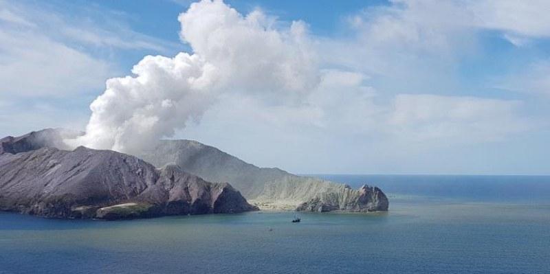 Жертвите на изригналия вулкан в Нова Зеландия станаха 17, продължава претърсването на острова