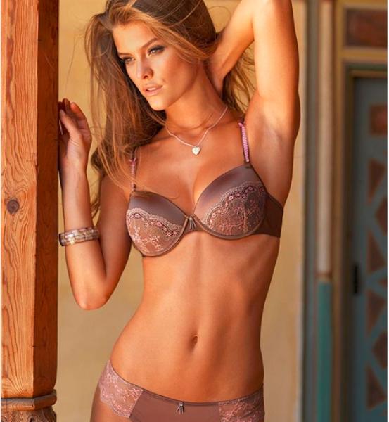 Моделът Нина Агдал нереално секси по бяло бельо СНИМКИ