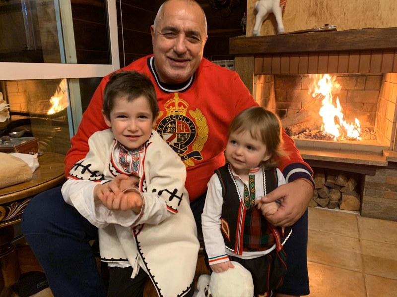 Премиерът Бойко Борисов със СНИМКА с двете внучета на Бъдни вечер