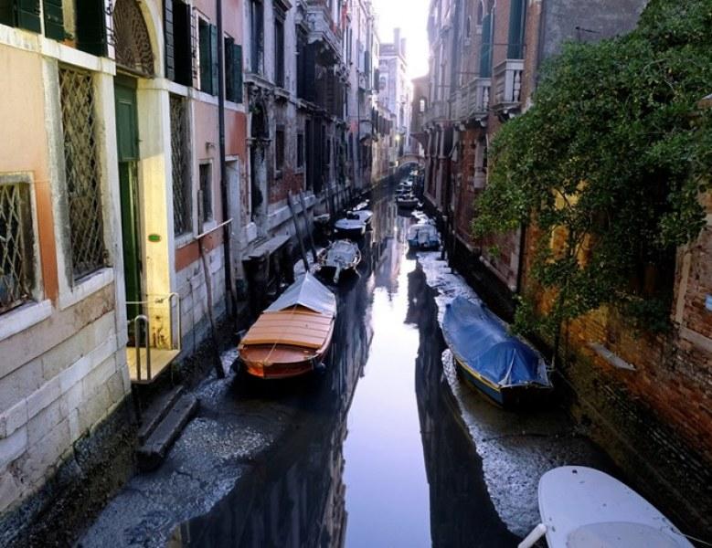 Какво се случва? Канали във Венеция са почти без вода, гондоли на дъното