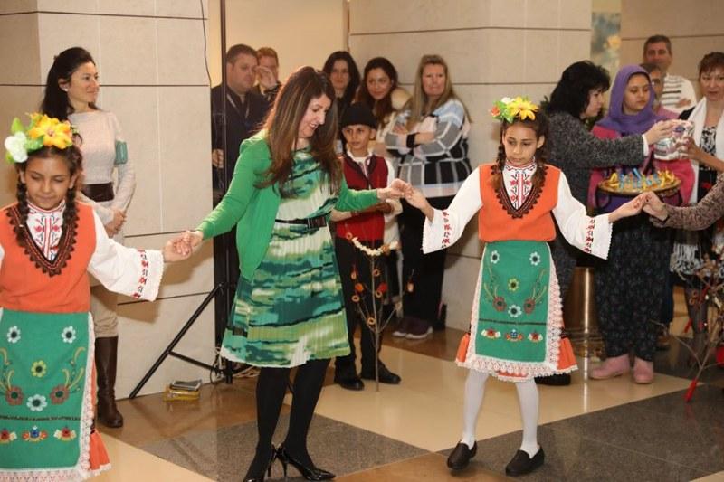 Американският посланик Мустафа игра хоро с ученици от Пловдивско, те я сурвакаха