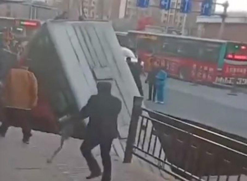 Инцидент: Автобус бе погълнат от дупка на пътя в Китай, шестима са загинали ВИДЕО