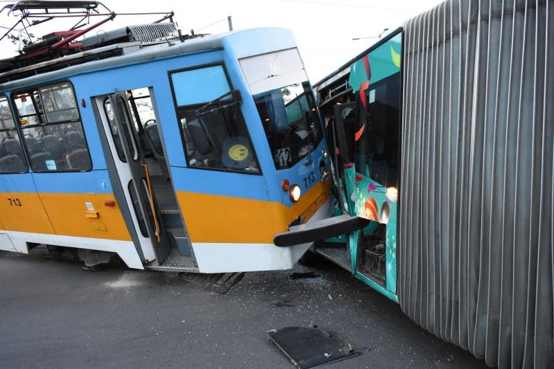 Меле в София! Три трамвая катастрофираха, загина момче! Има много ранени