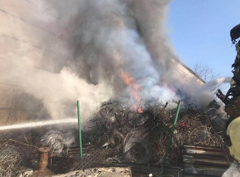 Пожар: Депо за стари коли в Пловдив се запали