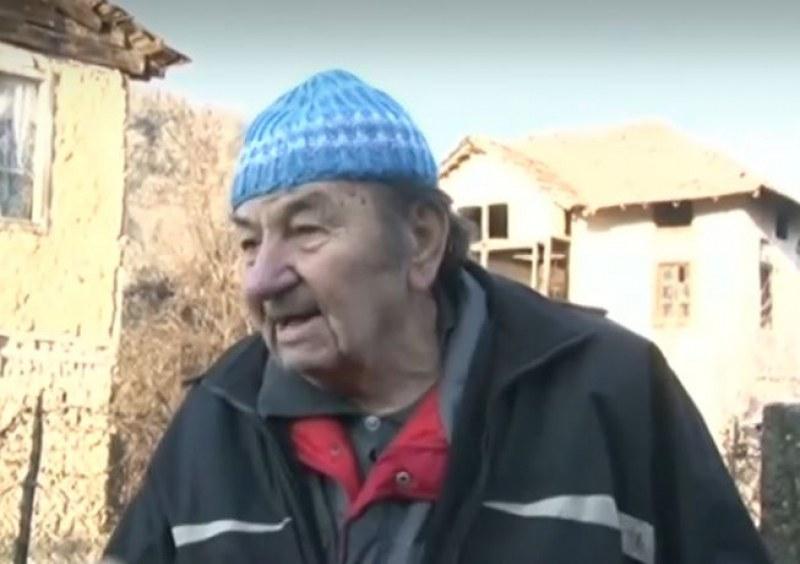 В 21-ви век: Хора от село Златолист мъкнат туби с вода!