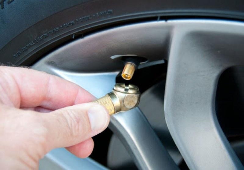 Времето има значение: Колко да помпим гумите през зимата?