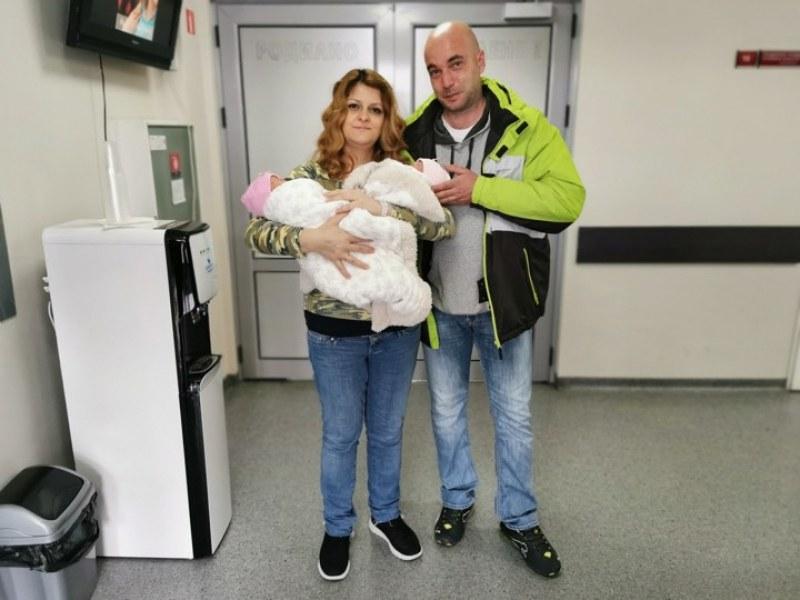 По естествен път: Жена роди за втори път еднояйчни близнаци в Пловдив