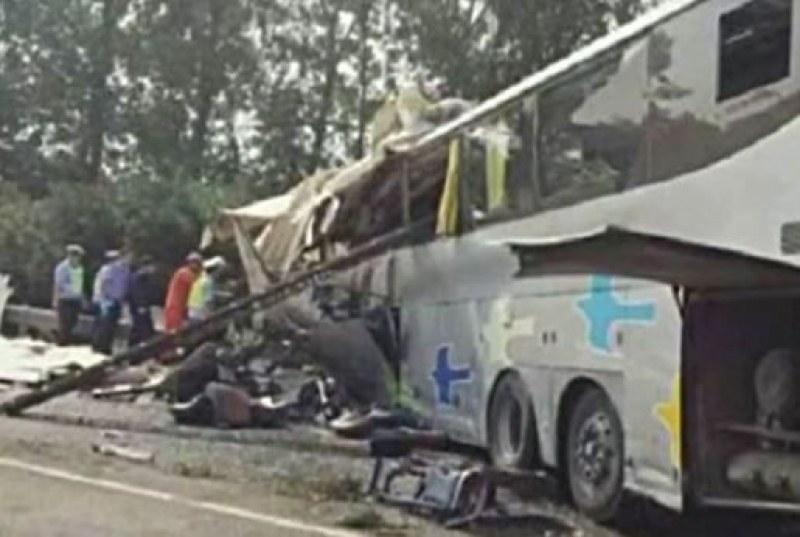 Автобус се блъсна в камион в Индия, 14 души загинаха