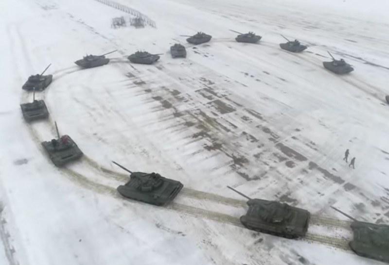 Лейтенат предложи брак на любимата си с помощта на 16 танка ВИДЕО