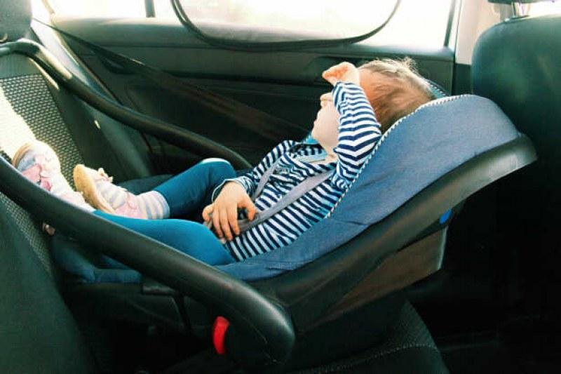 3-годишно дете изпадна от кола заедно със столчето! Съдят бащата...