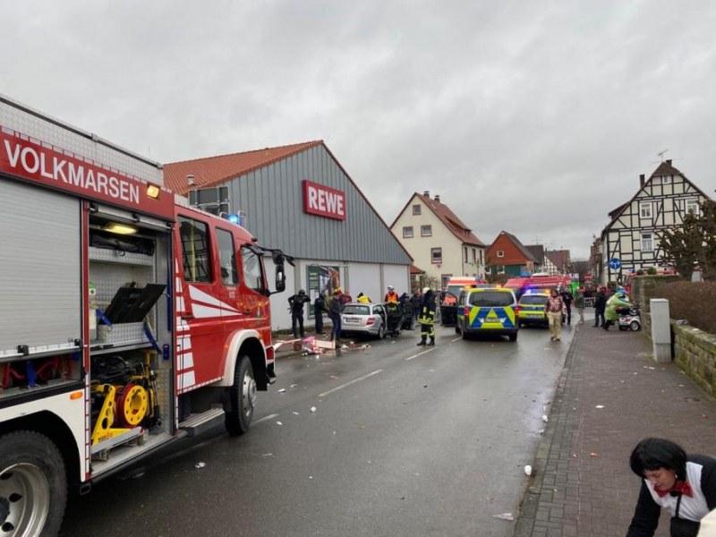 Кола се вряза в карнавално шествие в Германия! Има ранени! СНИМКИ