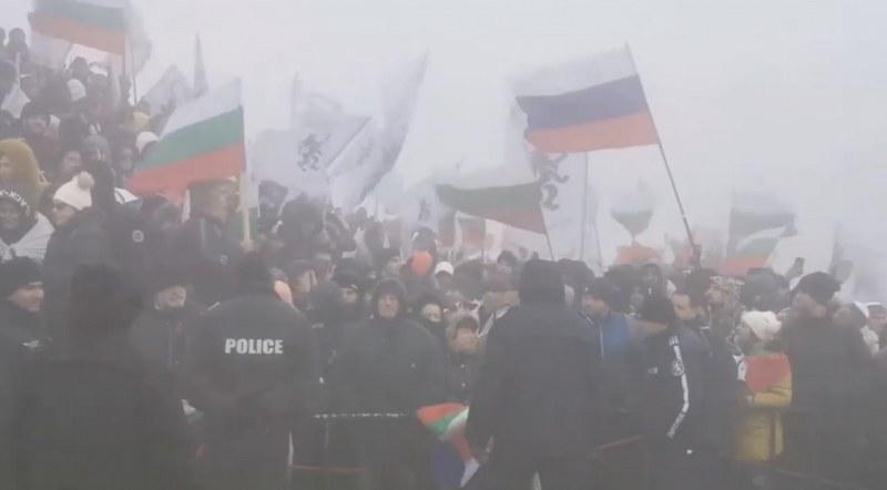 Гняв на Шипка! Граждани хвърлят цветя в знак на протест!