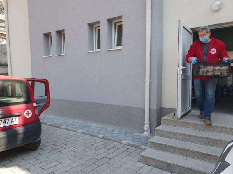 Вижте как доброволци на БЧК доставят храни и лекарства на възрастни! СНИМКИ