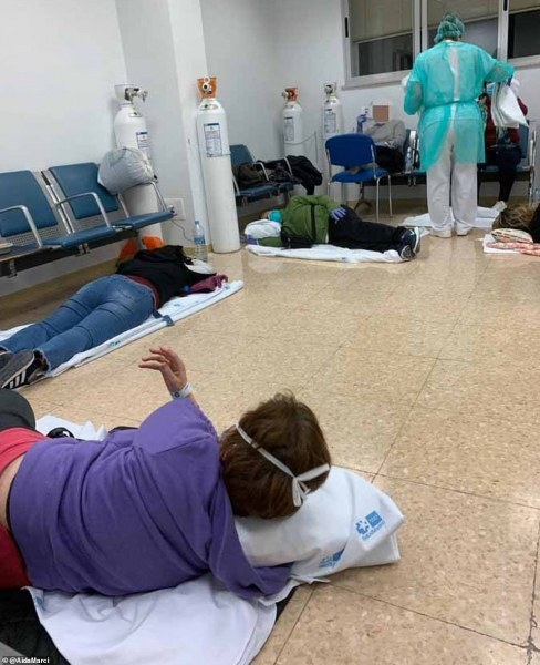 Хора лежат с коронавирус по коридорите на болница в Испания