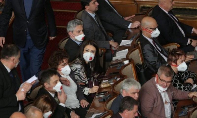 Ветото на Радев мина! 118 с маски го одобриха