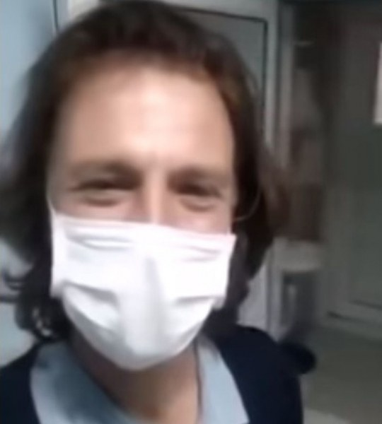 Варненецът с коронавирус пусна клип от болницата: В 13-а стая съм, имам храна, супер съм!