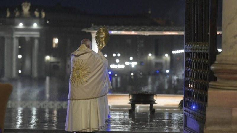 Самотната молитва на папата за човечеството в СНИМКИ