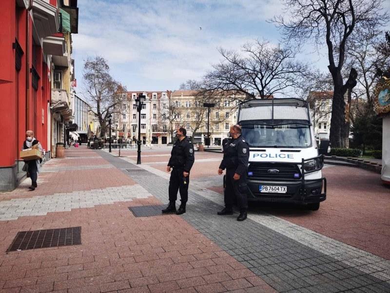Хванаха двама мъже под карантина в Пловдив - на два метра от блока им