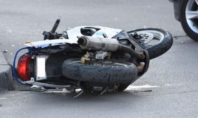 Кола блъсна моторист и го прати в болница, с опасност за живота е
