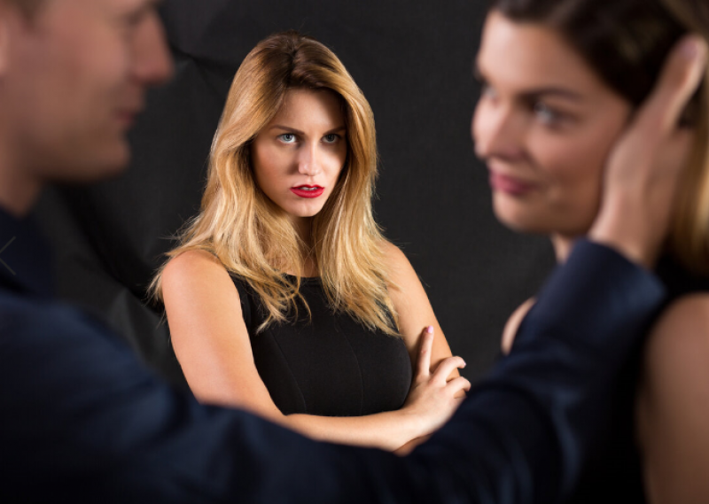 На телефон за COVID-19: Може ли съпругът ми да посети любовницата си?