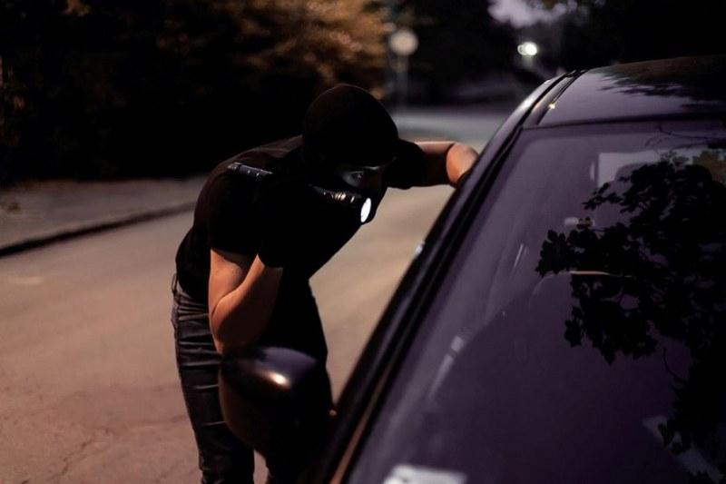 Мъж напръска жена със спрей в колата й! Отне й плик с 20 бона!