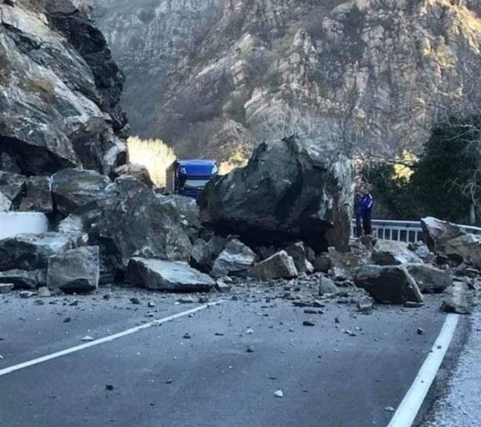 Пътят Кричим-Девин блокиран заради паднали скали