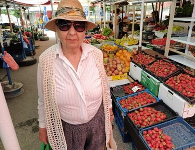 Пенсионерите само гледат черешите