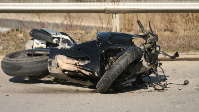 Неправоспособен моторист прегази жена край Пловдив и избяга, борят се за живота й