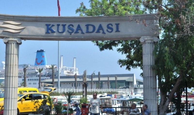 Хотелите затворени, а гъмжи от курортисти! 15-километрова опашка за Кушадасъ