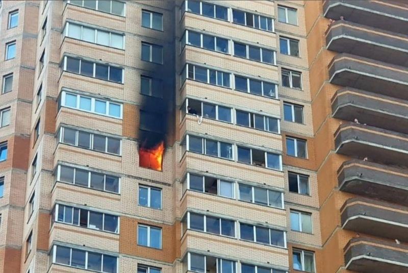 Минувачи преместиха кола с ръцете си, за да пуснат пожарникари до горяща къща ВИДЕО
