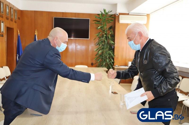 Генералът поздравява с юмруче СНИМКИ