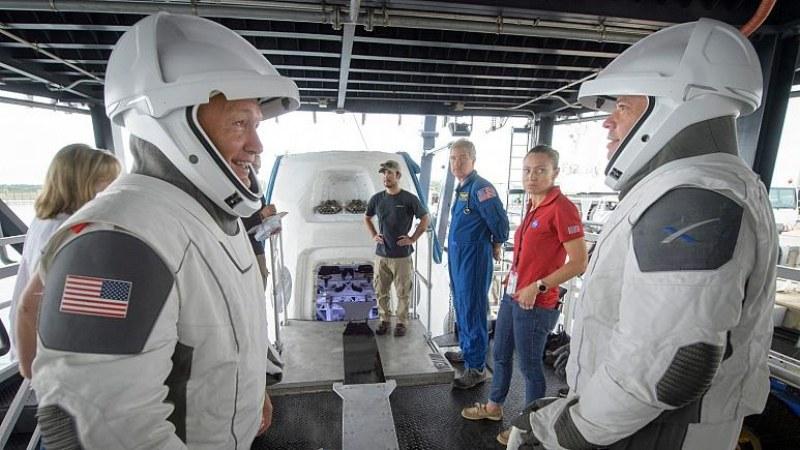 ОФИЦИАЛНО: Илон Мъск изпраща двама души в космоса