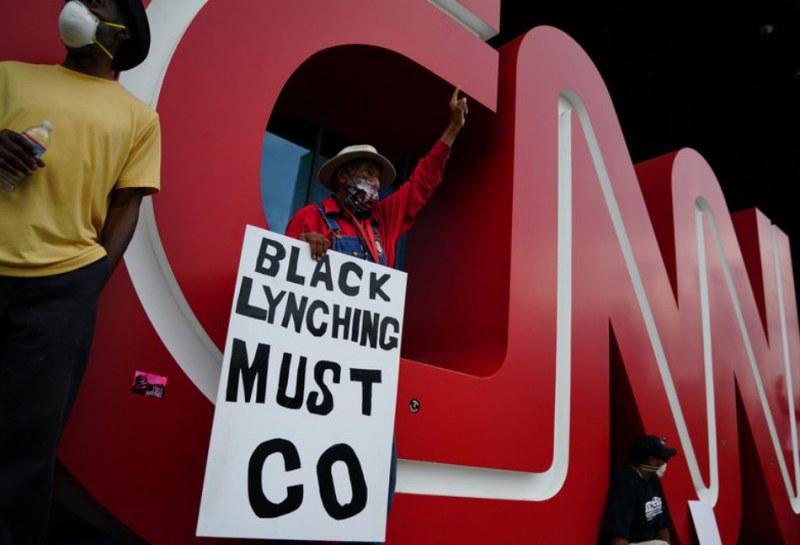Протестиращи атакуваха централата на CNN