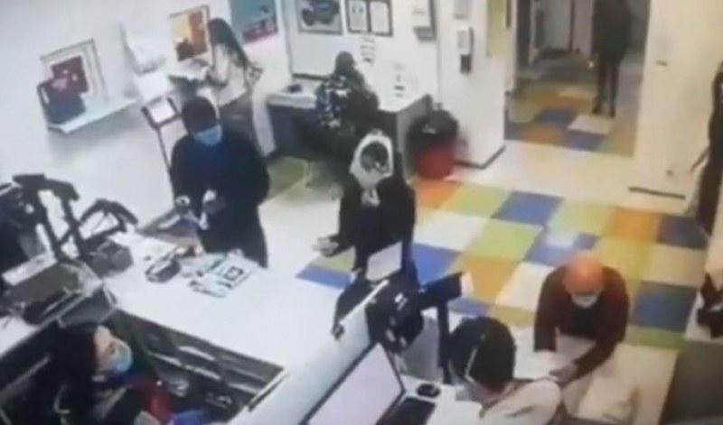 Тази жена нахлузи долните си гащи на главата, нямала маска! ВИДЕО