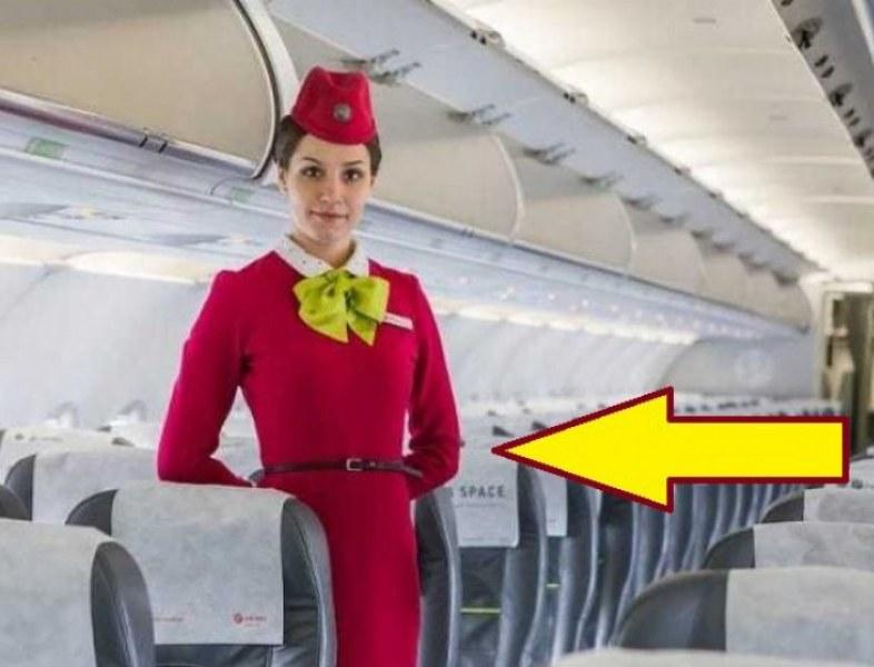 Защо стюардесите държат ръцете си отзад, когато посрещат пътниците?